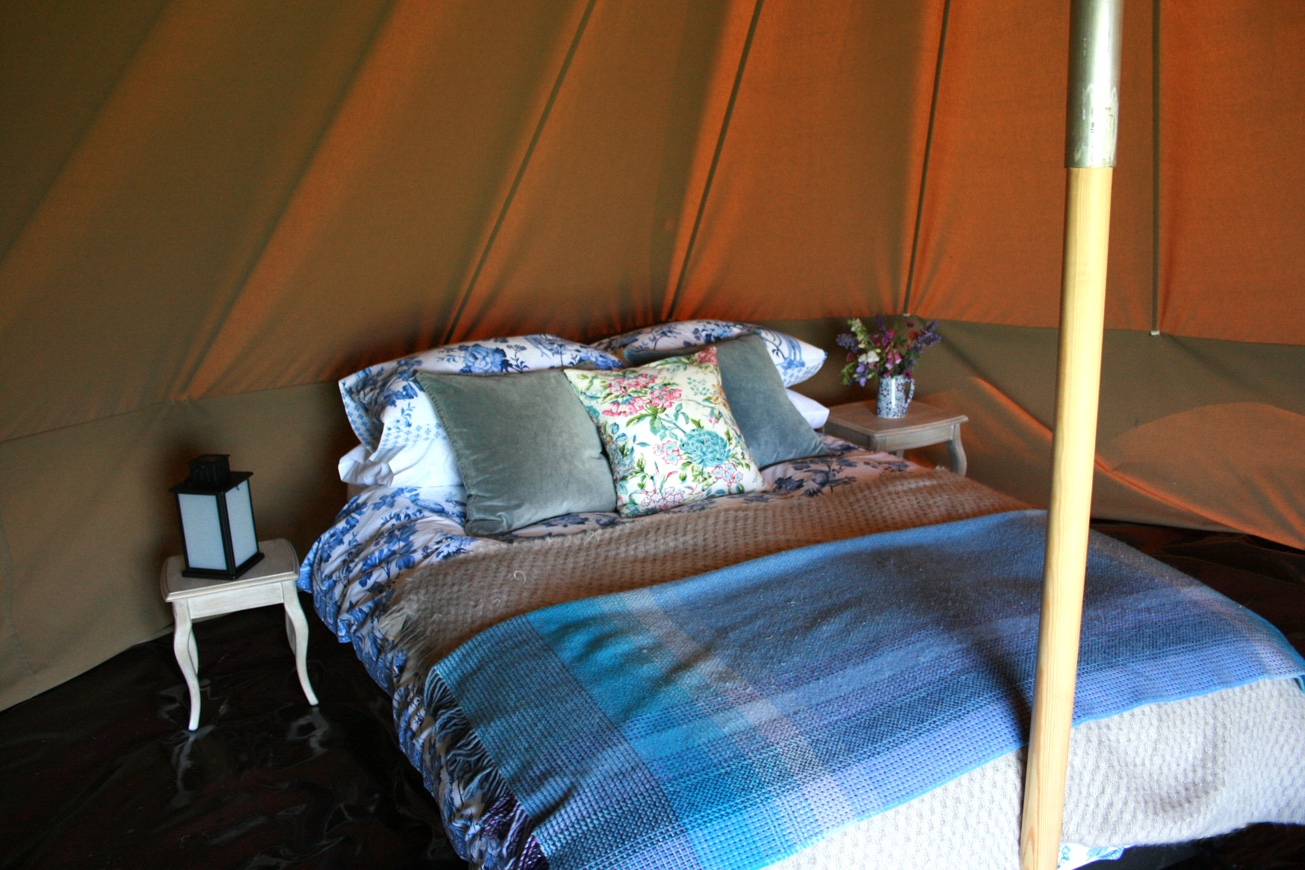 bell tent glamping bell tents camping hilltop hideaways. Black Bedroom Furniture Sets. Home Design Ideas